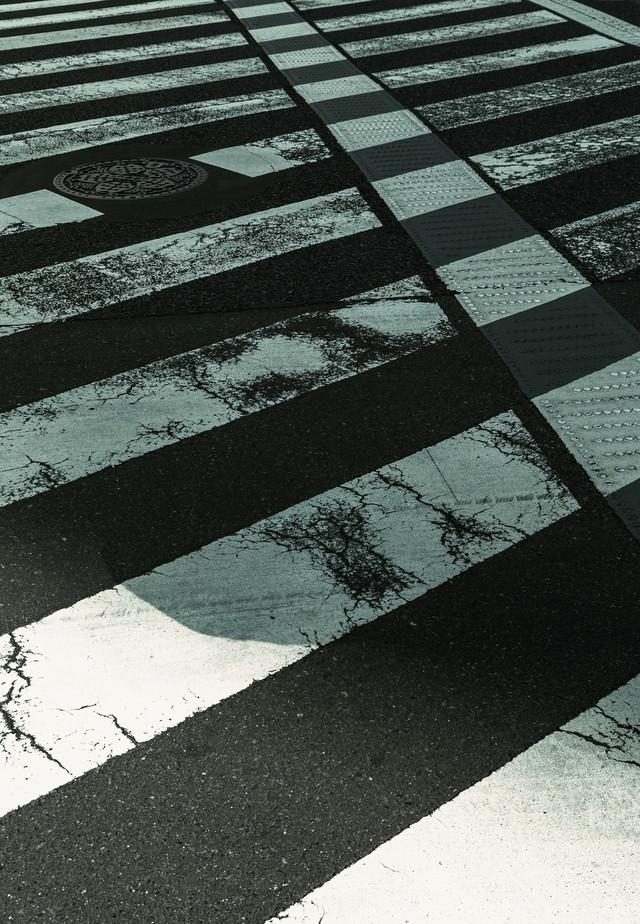 すり減った横断歩道の写真