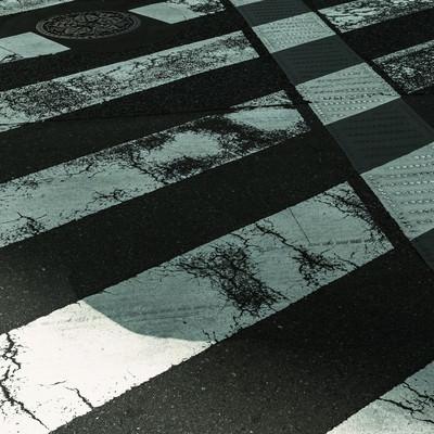 「すり減った横断歩道」の写真素材