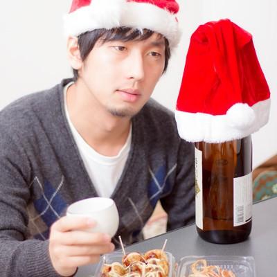 「酒瓶と晩酌のクリスマス」の写真素材