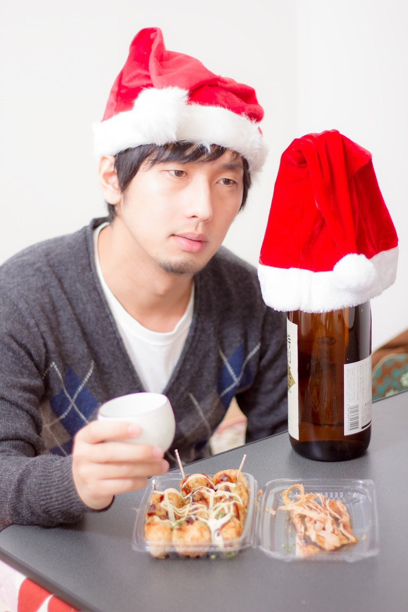 「酒瓶と晩酌のクリスマス」の写真[モデル:大川竜弥]