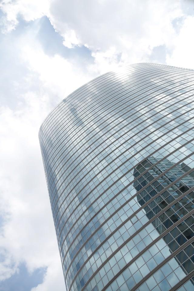 品川のビルと反射する空の写真
