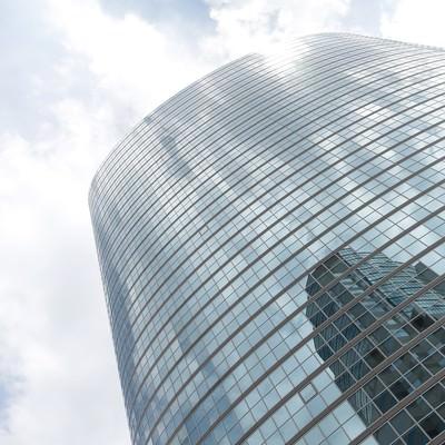 「品川のビルと反射する空」の写真素材