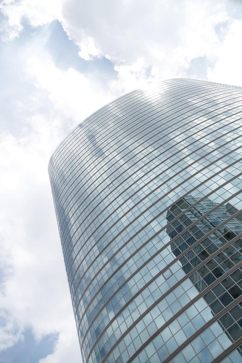 「品川のビルと反射する空」の写真
