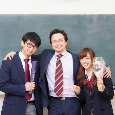 「教え子の卒業を見届け感無量の担任教師」の写真素材