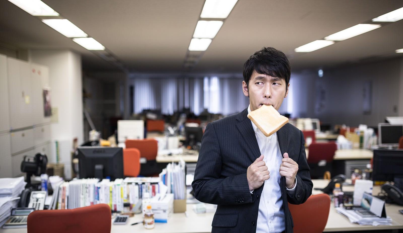 「残業中トーストを食べ気合を入れる新卒社員残業中トーストを食べ気合を入れる新卒社員」[モデル:大川竜弥]のフリー写真素材を拡大