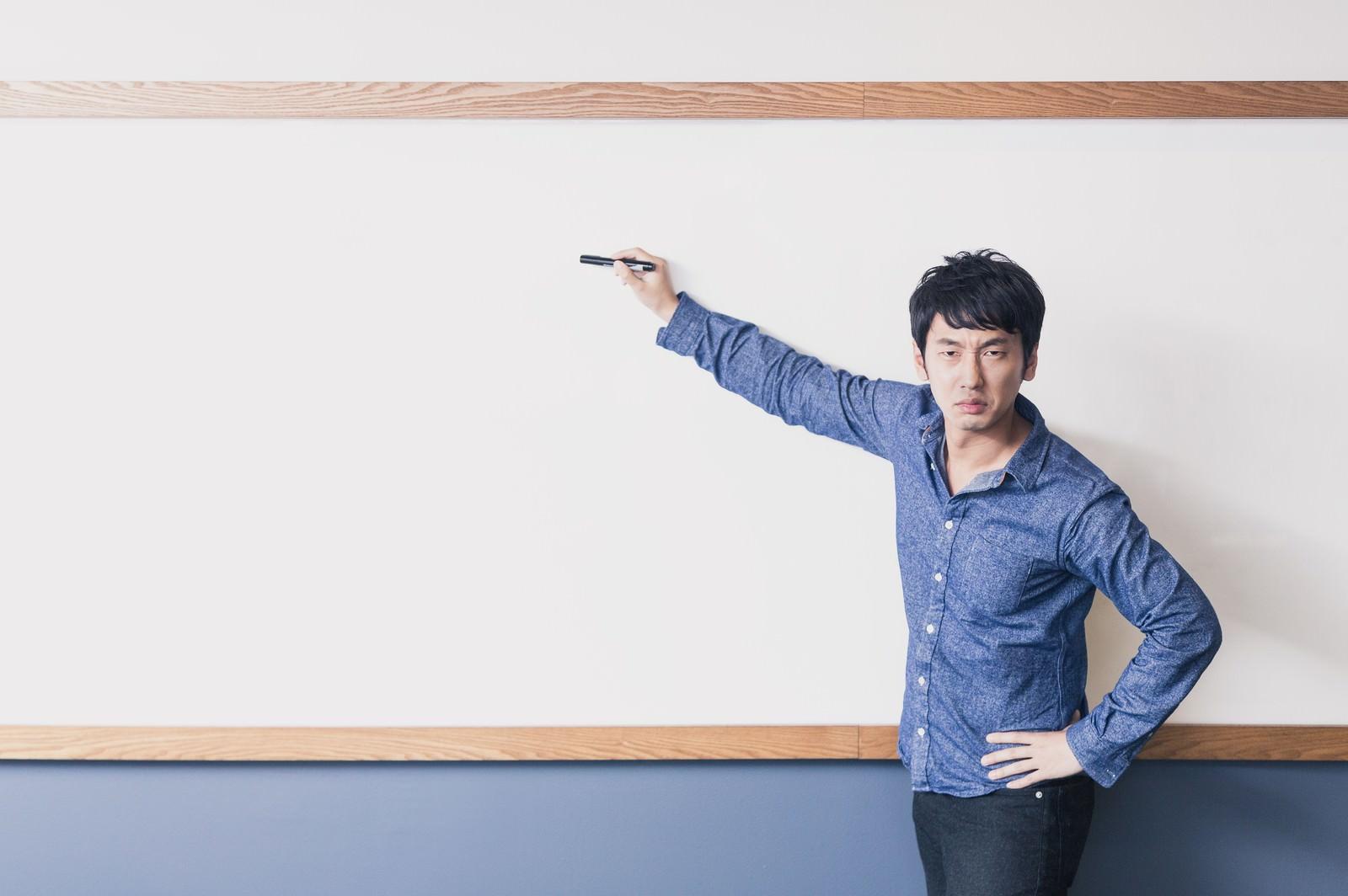 「「ここ試験にでるよ!」と熱弁する塾講師」の写真[モデル:大川竜弥]