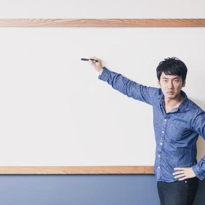 「「ここ試験にでるよ!」と熱弁する塾講師」の写真素材