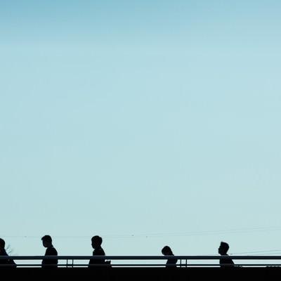 「通勤・通学のシルエット」の写真素材
