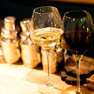 「バーカウンターの白と赤のワイン」の写真素材
