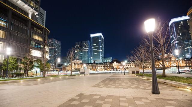 夜の東京駅前と街灯の写真