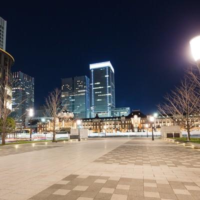 「夜の東京駅前と街灯」の写真素材