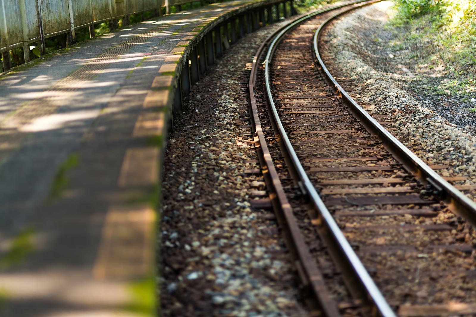 「田舎の駅の線路」の写真