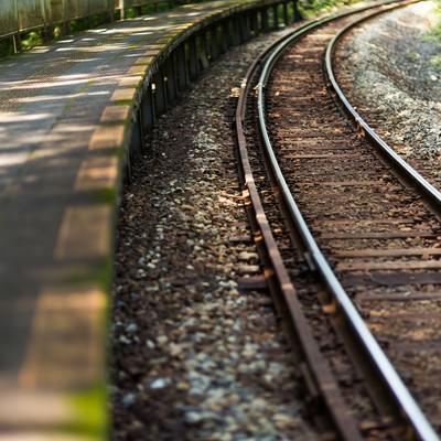 「田舎の駅の線路」の写真素材