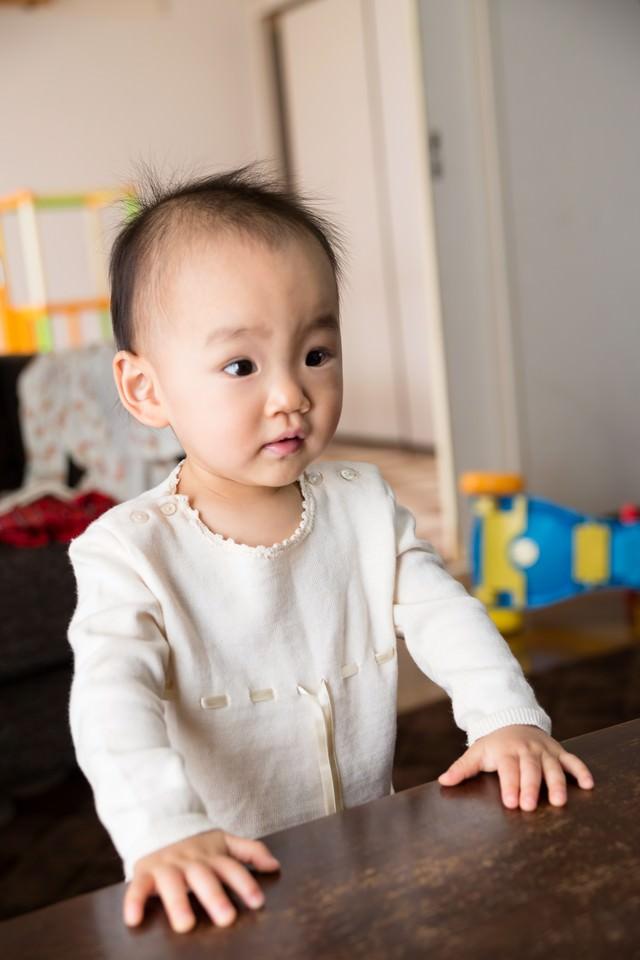 目の前のアニメを夢中で見る赤ちゃんの写真