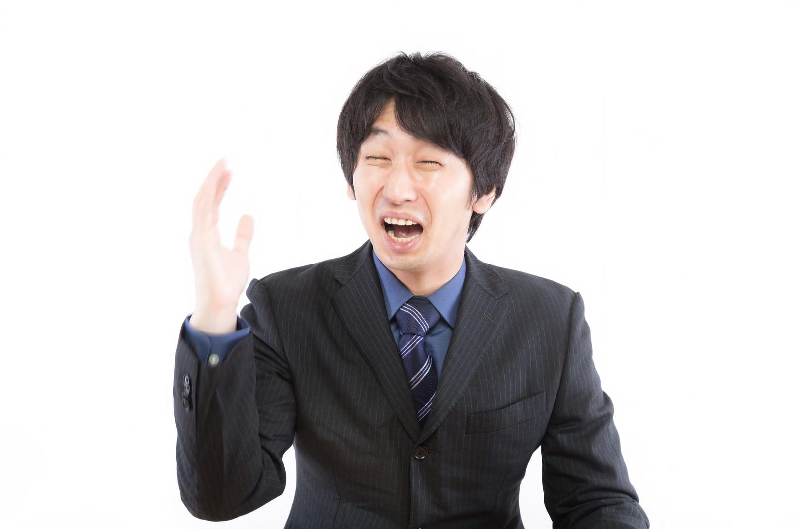 「泣きながら右手を挙げる男性」の写真[モデル:大川竜弥]