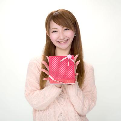 「プレゼントを笑顔で渡す女の子」の写真素材