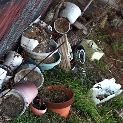 「割れた庭先の花瓶」の写真素材