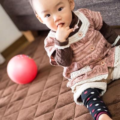 「指を咥えた赤ちゃん」の写真素材