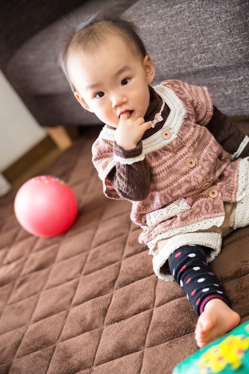 「指を咥えた赤ちゃん」の写真[モデル:あんじゅ]