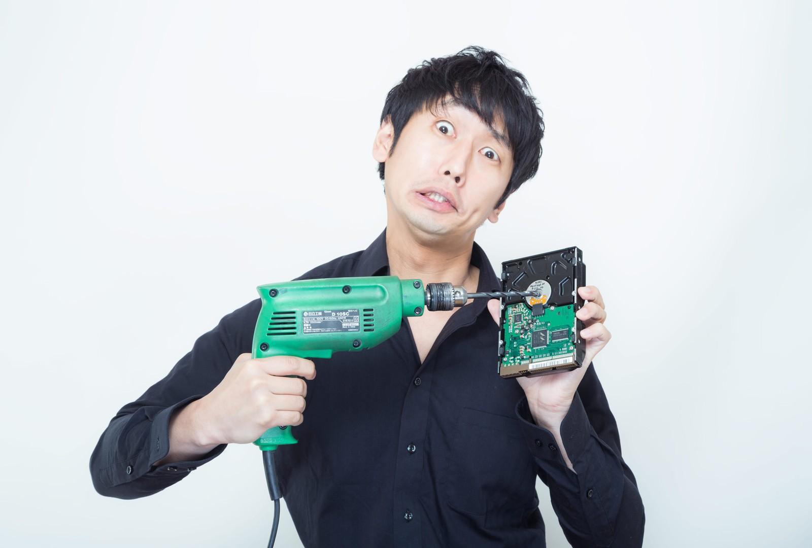 「ドリルでHDDを破壊するのは大変危険です」の写真[モデル:大川竜弥]