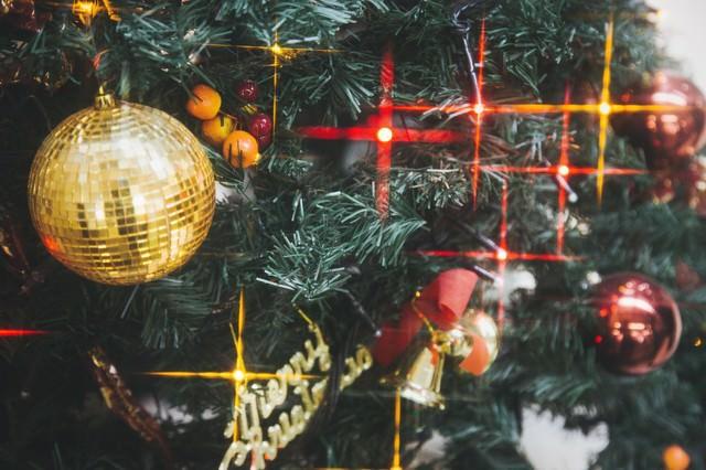 光輝くクリスマスツリーの飾りとライトの写真