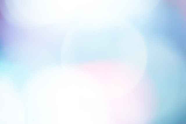 青白い光のボケの写真