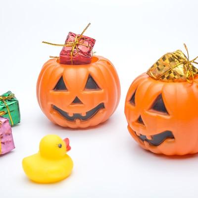 「あひるちゃんとかぼちゃおばけ」の写真素材