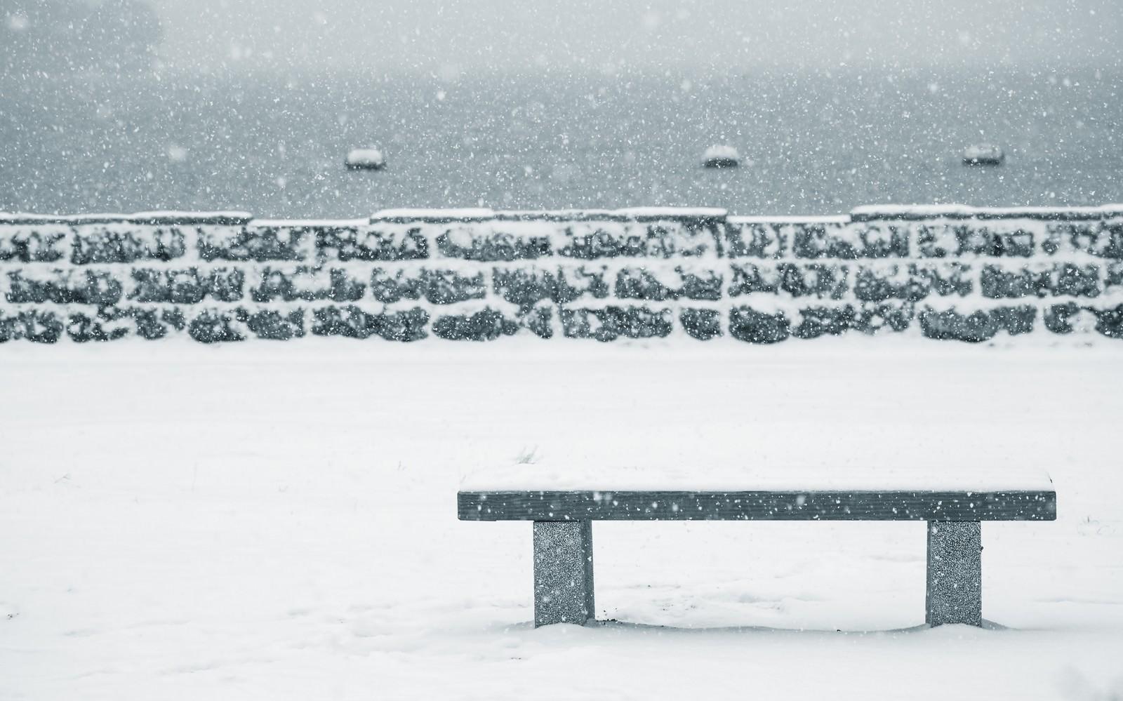 「雪が積もったベンチ」の写真
