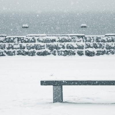 「雪が積もったベンチ」の写真素材