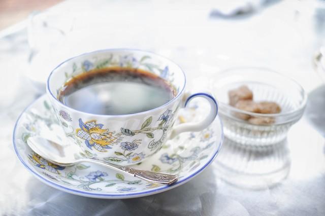 ティーカップと黒砂糖の写真