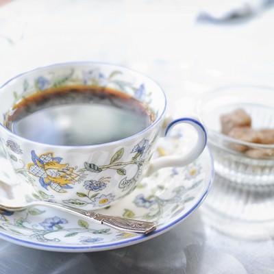 「ティーカップと黒砂糖」の写真素材