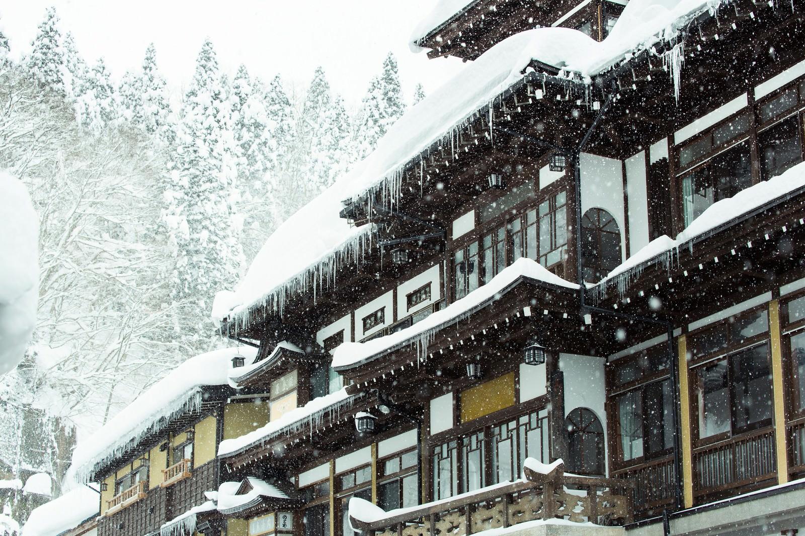 「ひどく降り積もった雪と銀山温泉宿」の写真