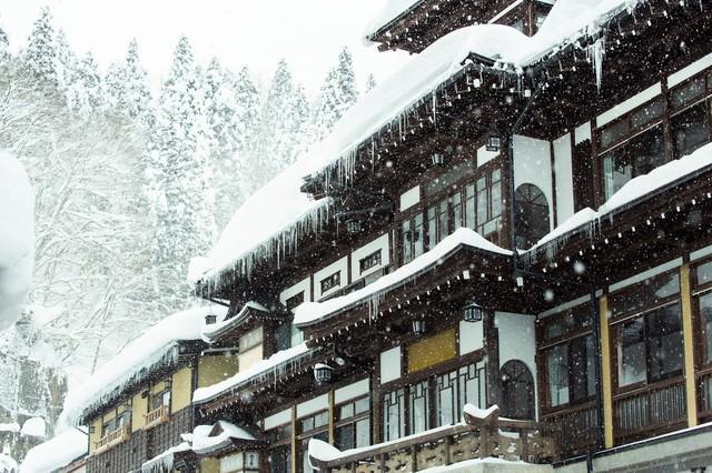 ひどく降り積もった雪と銀山温泉宿の写真