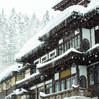 「ひどく降り積もった雪と銀山温泉宿」の写真素材
