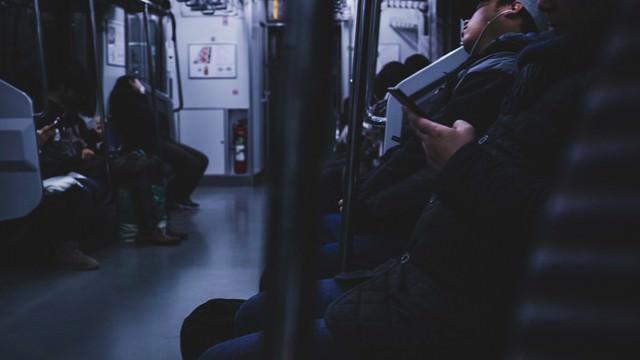 終電、シートに座る疲れた乗客の写真