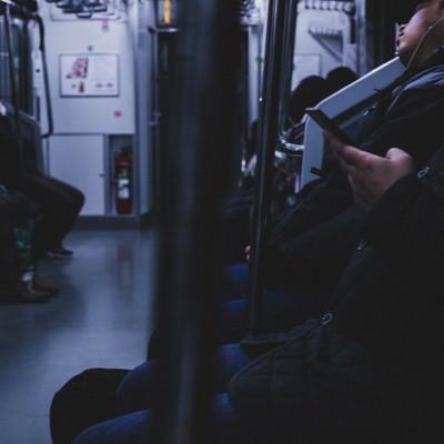 「終電、シートに座る疲れた乗客」の写真素材