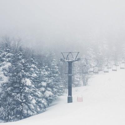 「大雪のゲレンデ(リフト)」の写真素材