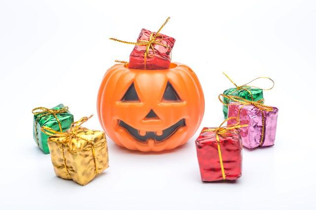 プレゼントボックスとハロウィーンかぼちゃの写真