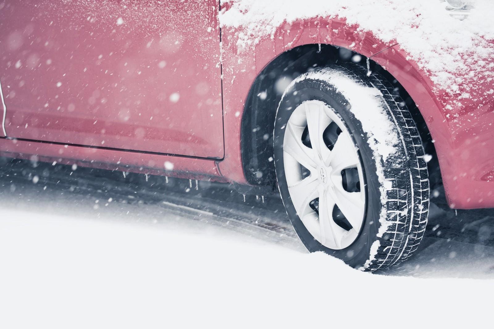 「スリップ注意!雪道を走行する車スリップ注意!雪道を走行する車」のフリー写真素材