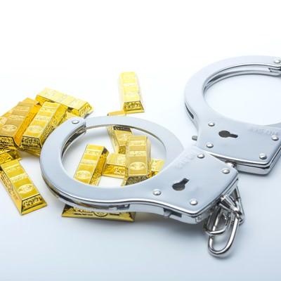 「手錠と金塊」の写真素材