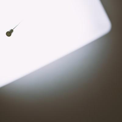 「天井の電気とヒモ」の写真素材