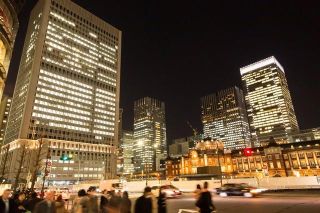 往来する人と東京駅(夜景)の写真