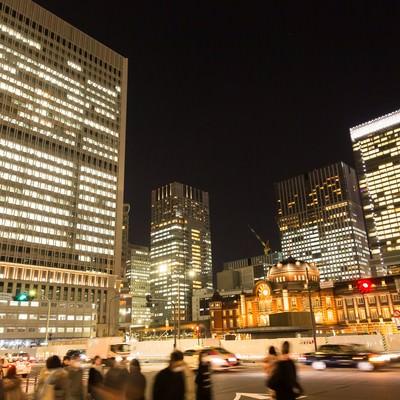 「往来する人と東京駅(夜景)」の写真素材