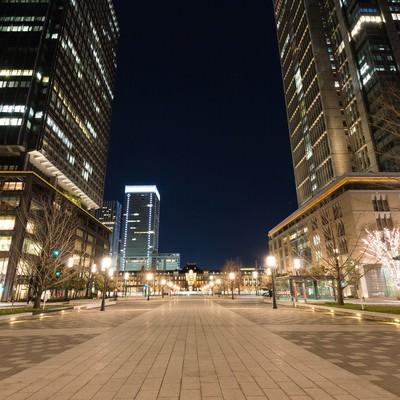「東京駅丸の内正面通りからの夜景」の写真素材