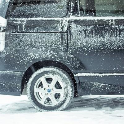 「吹雪の中の黒いワゴン車」の写真素材