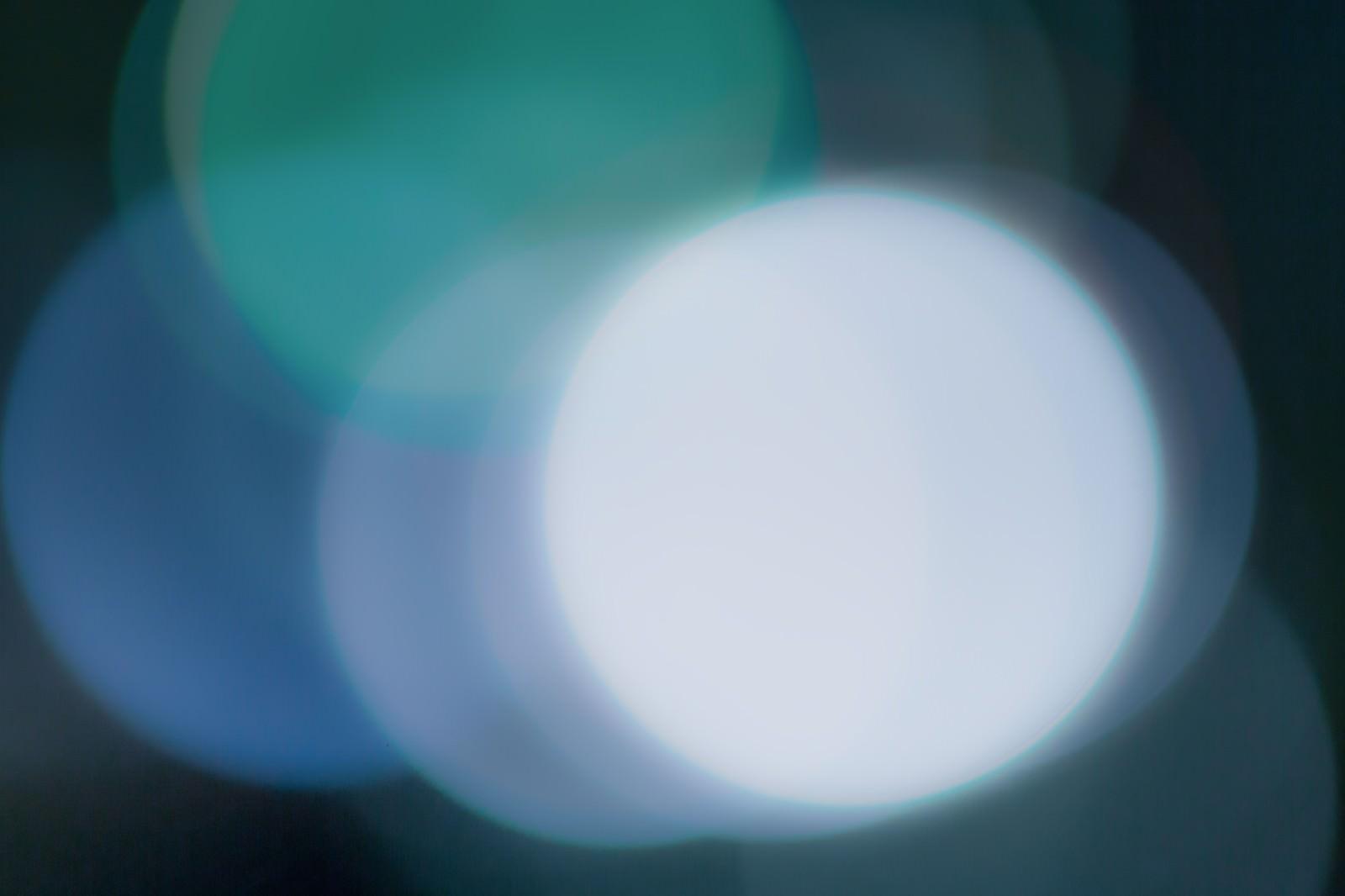 「夜の街灯の光」の写真