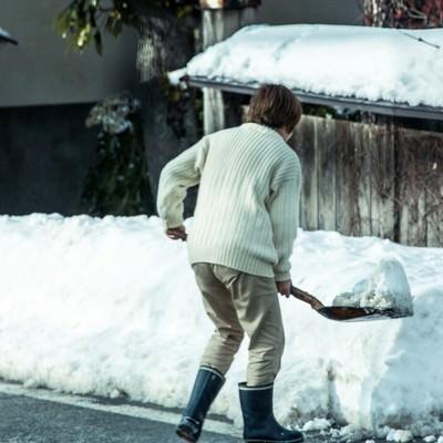 「雪かきおばちゃん」の写真素材