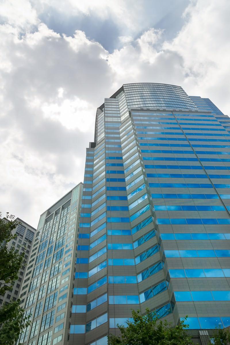 「ビルと青空ビルと青空」のフリー写真素材を拡大