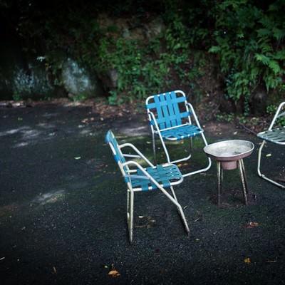 「灰皿が置かれた朽ちた休憩場所」の写真素材