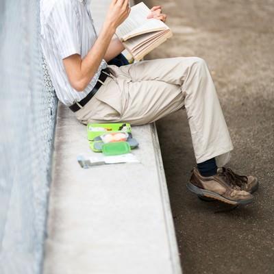 「お食事しながら本を読む男性」の写真素材